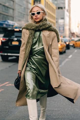 Cómo combinar: gabardina marrón claro, vestido camisola de satén en verde menta, botas de caña alta de cuero blancas, cartera de cuero negra