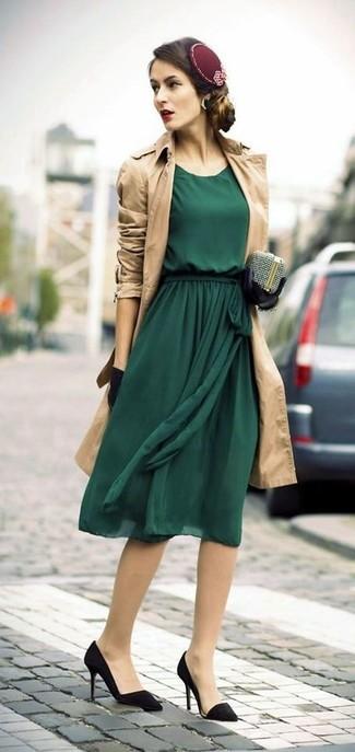 Cómo combinar: gabardina marrón claro, vestido midi de gasa verde oscuro, zapatos de tacón de ante negros, cartera sobre con adornos plateada