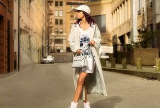 Cómo combinar: gabardina ligera en beige, vestido tubo estampado blanco, zapatillas altas blancas, bolso bandolera de cuero en beige