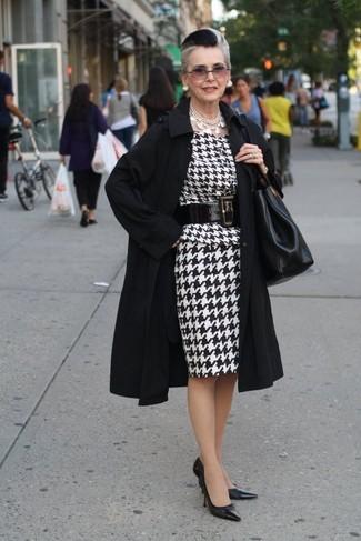Moda para mujeres de 60 años: Utiliza una gabardina negra y un vestido tubo de pata de gallo en blanco y negro para sentirte con confianza y a la moda. Zapatos de tacón de cuero negros son una opción excelente para completar este atuendo.