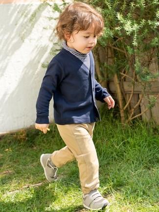 Cómo combinar: jersey de rayas horizontales azul marino, cárdigan azul marino, pantalones marrón claro, zapatillas grises