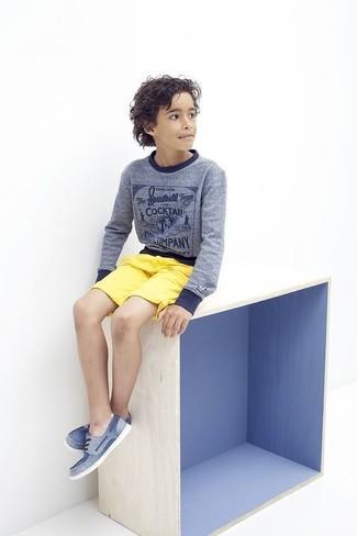 Cómo combinar: jersey azul, pantalones cortos amarillos, náuticos azules