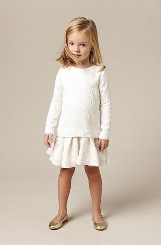 Look de moda: Jersey Blanco, Falda Blanca, Bailarinas Doradas