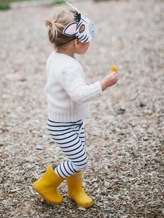Cómo combinar: jersey blanco, leggings de rayas horizontales en blanco y negro, botas de lluvia amarillas