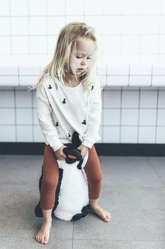 Cómo combinar: jersey blanco, leggings en tabaco