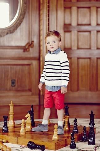 Cómo combinar: jersey de rayas horizontales blanco, camisa de manga larga vaquera azul, pantalones cortos rojos, zapatos oxford grises