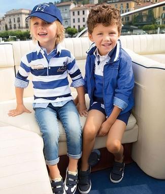 Cómo combinar: jersey de rayas horizontales en blanco y azul, camisa de manga larga de tartán celeste, vaqueros celestes, zapatillas en negro y blanco