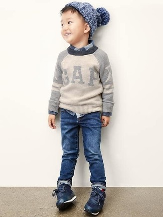 Cómo combinar: jersey gris, camisa de manga larga de tartán azul marino, vaqueros azul marino, zapatillas azul marino