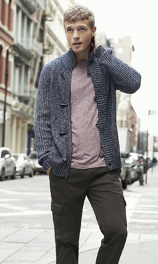 Cómo combinar un pantalón cargo en gris oscuro: Empareja un jersey con cremallera azul marino con un pantalón cargo en gris oscuro para conseguir una apariencia relajada pero elegante.