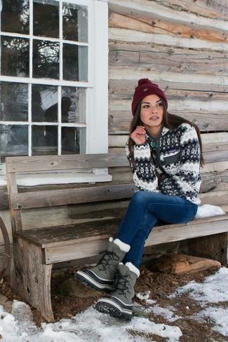 Cómo combinar: jersey con cremallera blanco, vaqueros azules, botas para la nieve grises, gorro burdeos