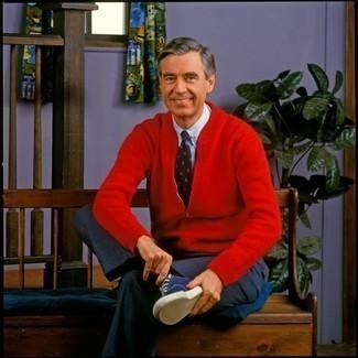 Cómo combinar unos calcetines: Intenta combinar un jersey con cremallera rojo con unos calcetines transmitirán una vibra libre y relajada. Usa un par de tenis de lona azul marino para mostrar tu inteligencia sartorial.