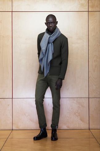 Elige un jersey con cremallera verde oliva y un pantalón de vestir verde oliva para una apariencia clásica y elegante. Botines chelsea de cuero negros son una opción atractiva para complementar tu atuendo.