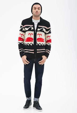 Cómo combinar: jersey con cremallera estampado negro, camiseta con cuello circular blanca, vaqueros azul marino, zapatillas altas de cuero negras