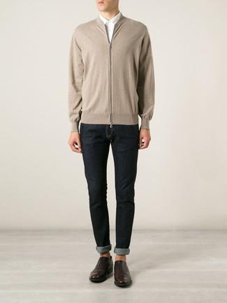 Cómo combinar: jersey con cremallera en beige, camisa de vestir blanca, vaqueros pitillo azul marino, zapatos oxford de cuero en marrón oscuro