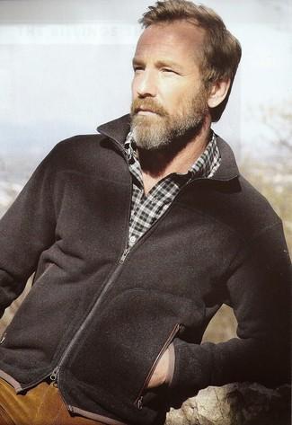Cómo combinar: jersey con cremallera negro, camisa de manga larga de tartán verde oscuro, vaqueros de pana en tabaco