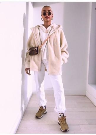 Cómo combinar: jersey con cremallera en beige, sudadera con capucha blanca, vaqueros сon flecos blancos, deportivas verde oliva