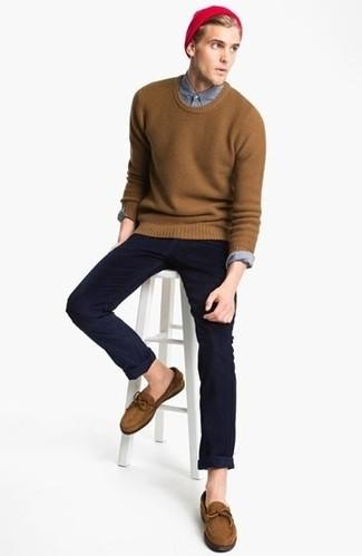 Look de moda Jersey con Cuello Barco Marrón, Camisa de Manga Larga Gris, Gorro Rojo