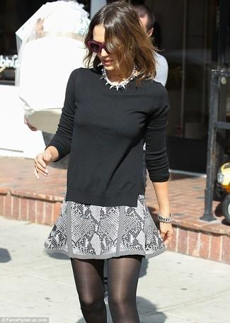 Jersey con cuello barco negro minifalda gris collar de perlas blanco medias negras large 1172