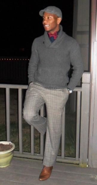 Cómo combinar: jersey con cuello chal gris, camisa de vestir azul marino, pantalón de vestir de tartán gris, zapatos derby de cuero marrónes