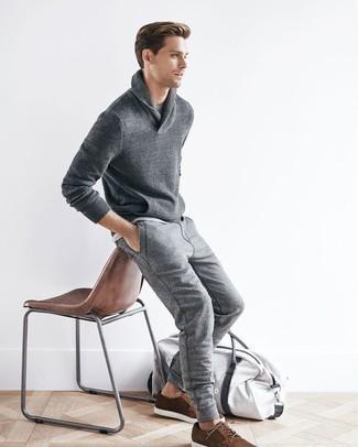 Cómo combinar un pantalón de chándal gris: Intenta combinar un jersey con cuello chal gris junto a un pantalón de chándal gris para lidiar sin esfuerzo con lo que sea que te traiga el día. Usa un par de zapatos derby de ante marrónes para mostrar tu inteligencia sartorial.
