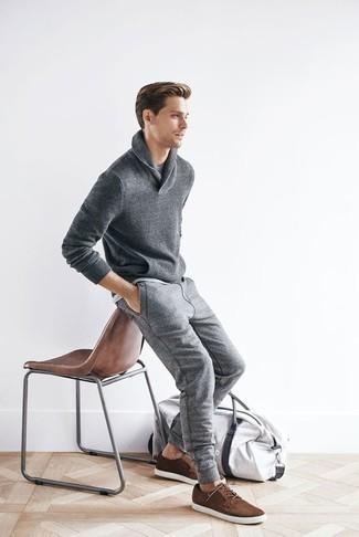 Cómo combinar un pantalón de chándal gris: Utiliza un jersey con cuello chal gris y un pantalón de chándal gris para cualquier sorpresa que haya en el día. Tenis de ante marrónes son una opción incomparable para completar este atuendo.