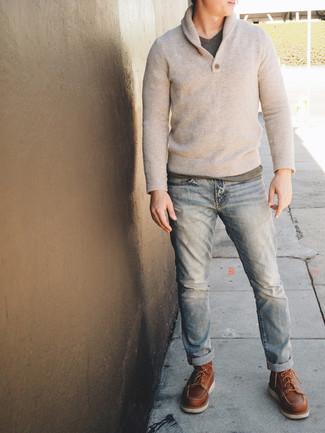 Cómo combinar: jersey con cuello chal en beige, camiseta con cuello en v gris, vaqueros celestes, botas de trabajo de cuero marrónes