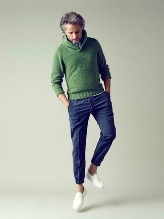 Cómo combinar unas zapatillas slip-on de lona blancas: Utiliza un jersey con cuello chal de punto verde y un pantalón chino azul marino para una apariencia fácil de vestir para todos los días. Zapatillas slip-on de lona blancas son una opción incomparable para complementar tu atuendo.