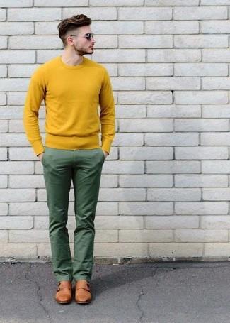 Cómo combinar un jersey con cuello circular amarillo: Considera ponerse un jersey con cuello circular amarillo y un pantalón chino verde para cualquier sorpresa que haya en el día. Con el calzado, sé más clásico y opta por un par de zapatos con doble hebilla de cuero marrón claro.