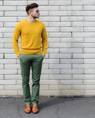 Cómo combinar un jersey con cuello circular amarillo: Elige un jersey con cuello circular amarillo y un pantalón chino verde para una apariencia fácil de vestir para todos los días. ¿Te sientes valiente? Haz zapatos con doble hebilla de cuero marrónes tu calzado.