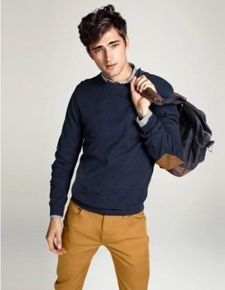 Cómo combinar: jersey con cuello circular azul marino, camisa de manga larga gris, vaqueros en tabaco, mochila en gris oscuro