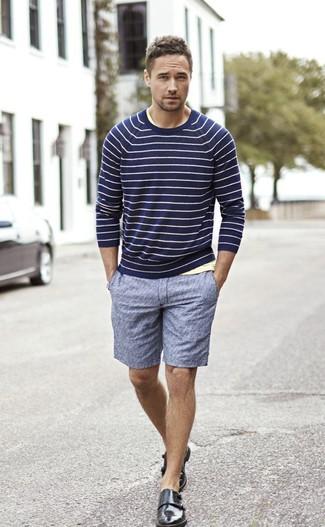 Cómo combinar: jersey con cuello circular de rayas horizontales azul marino, camiseta con cuello circular amarilla, pantalones cortos azules, zapatos con doble hebilla de cuero negros