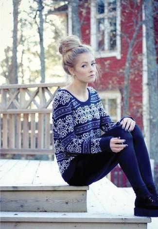 Cómo combinar unos leggings azul marino: Empareja un jersey con cuello circular de grecas alpinos azul marino junto a unos leggings azul marino para un look agradable de fin de semana. Elige un par de botines chelsea de ante negros para mostrar tu lado fashionista.