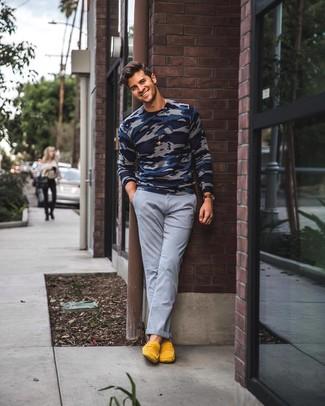 Look de moda: Jersey con cuello circular de camuflaje azul marino, Pantalón chino gris, Mocasín de ante amarillo, Reloj de cuero en marrón oscuro
