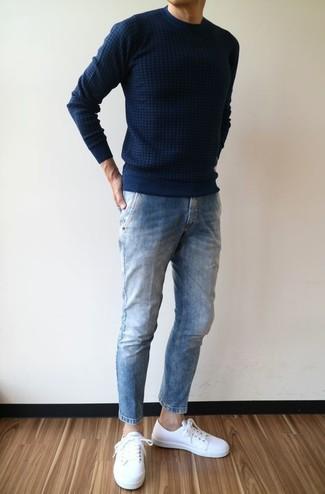 Empareja un jersey con cuello circular azul marino de hombres de Fred Perry junto a unos vaqueros azules para una apariencia fácil de vestir para todos los días. Tenis de cuero blancos son una opción perfecta para completar este atuendo.