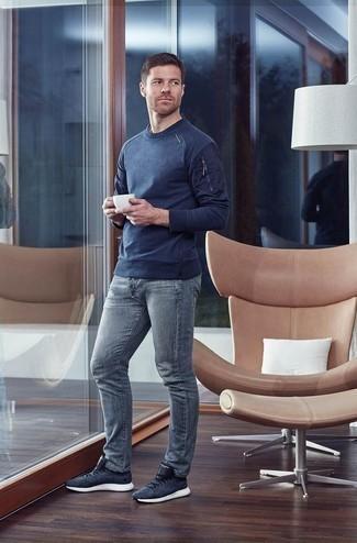 Cómo combinar un jersey con cuello circular azul marino: Empareja un jersey con cuello circular azul marino con unos vaqueros grises para un almuerzo en domingo con amigos. ¿Quieres elegir un zapato informal? Usa un par de deportivas azul marino para el día.