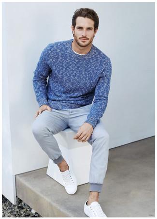 Cómo combinar: jersey con cuello circular azul, pantalón de chándal gris, tenis blancos