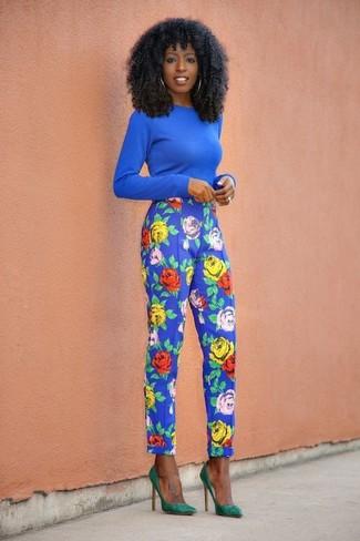 Cómo combinar: jersey con cuello circular azul, pantalón de pinzas con print de flores azul, zapatos de tacón de ante verdes