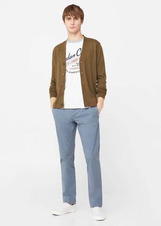 Cómo combinar: jersey con cuello circular estampado blanco, cárdigan mostaza, pantalón chino celeste, zapatillas plimsoll blancas
