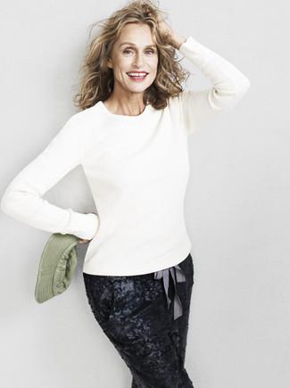 Look de Lauren Hutton: Jersey con Cuello Circular Blanco, Pantalón de Pinzas de Lentejuelas Negro