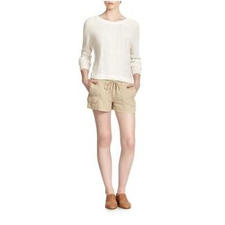 Cómo combinar: jersey con cuello circular blanco, pantalones cortos de lino en beige, mocasín de cuero marrón claro
