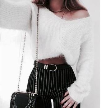 Cómo combinar: jersey con cuello circular de mohair blanco, pantalones pitillo de rayas verticales en negro y blanco, bolso bandolera de cuero con adornos negro, correa de cuero negra