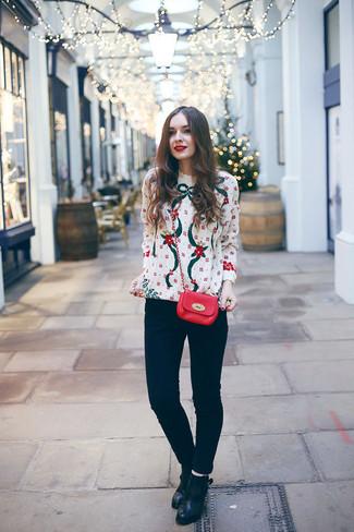 Cómo combinar: jersey con cuello circular de navidad blanco, vaqueros pitillo negros, botines de cuero negros, bolso bandolera de cuero rojo