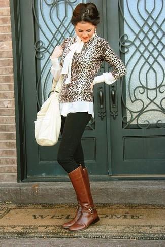 Cómo combinar: jersey con cuello circular de leopardo marrón, blusa de manga larga blanca, vaqueros pitillo negros, botas de caña alta de cuero marrónes