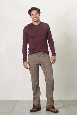Cómo combinar: jersey con cuello circular burdeos, pantalón chino marrón, botas de trabajo de cuero marrónes