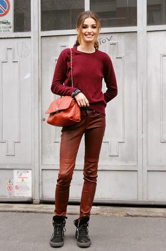 Cómo combinar: jersey con cuello circular burdeos, pantalones pitillo de cuero marrónes, botas planas con cordones de ante negras, bolso bandolera de cuero rojo