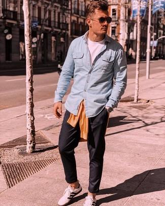 Look de moda: Jersey con cuello circular naranja, Camisa de manga larga de cambray celeste, Camiseta con cuello circular blanca, Pantalón chino de rayas verticales negro