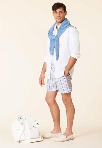 Cómo combinar: jersey con cuello circular celeste, camisa de manga larga blanca, camiseta sin mangas blanca, pantalones cortos de rayas verticales celestes