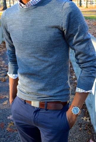 Cómo combinar: jersey con cuello circular azul, camisa de manga larga a cuadros blanca, pantalón chino azul, correa de cuero marrón
