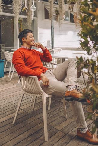 Cómo combinar: jersey con cuello circular naranja, camisa de manga larga de tartán en blanco y rojo y azul marino, pantalón chino en beige, zapatos derby de cuero marrónes