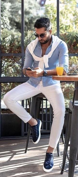 Cómo combinar: jersey con cuello circular blanco, camisa de manga larga de seersucker celeste, pantalón chino blanco, tenis de lona azul marino